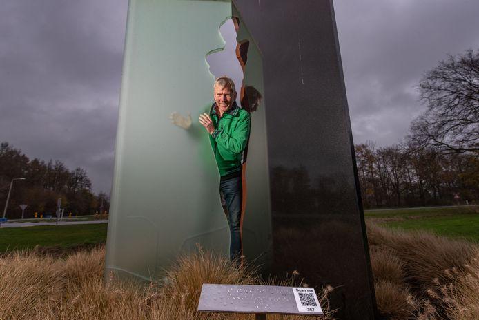 'Polderambassadeur' Evert de Graaff startte in september met het aanbrengen van QR-codes op kunstwerken. Hier staat hij bij 'Verdwenen Diana' in Tollebeek.