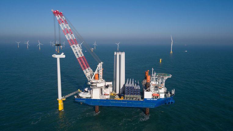 Archieffoto van een schip van Jan De Nul Group dat windturbines plaatst voor de Belgische kust.
