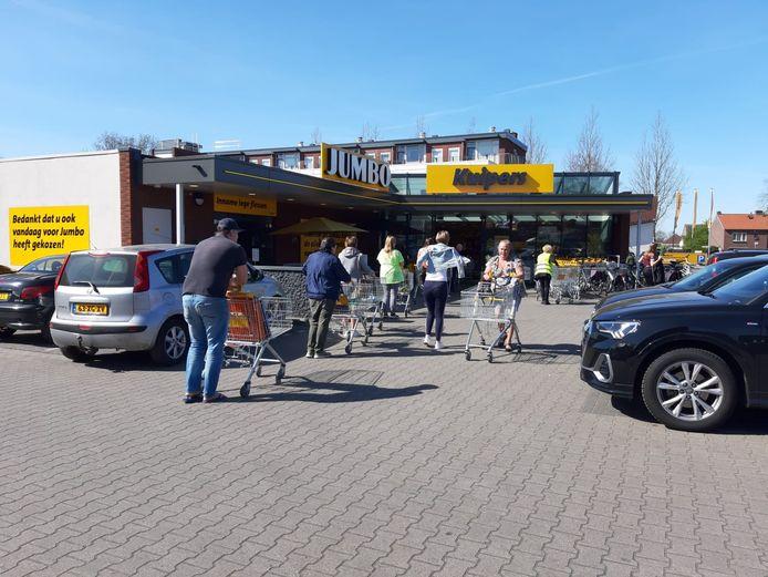 Voordat begonnen kan worden met de aanleg van nieuwe parkeerplaatsen voor bezoekers van de Jumbo-supermarkt moet er een integraal plan op tafel liggen waarin ook de buurt haar zegje krijgt.
