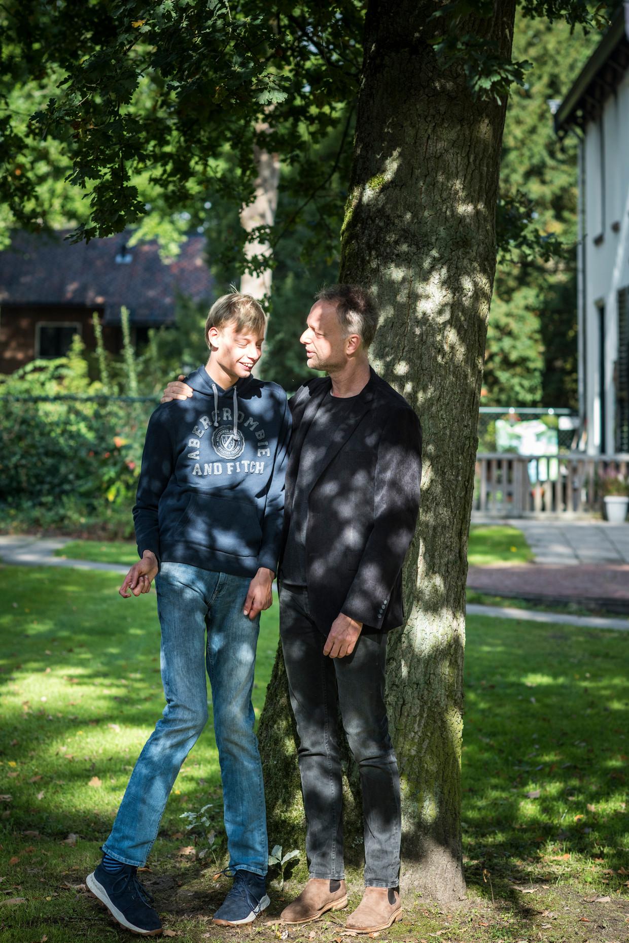 De meervoudig gehandicapte Boris met zijn vader, die in dit verhaal beschrijft hoe hij op zoek ging naar een huis waar Boris terecht kon. Beeld Linelle Deunk
