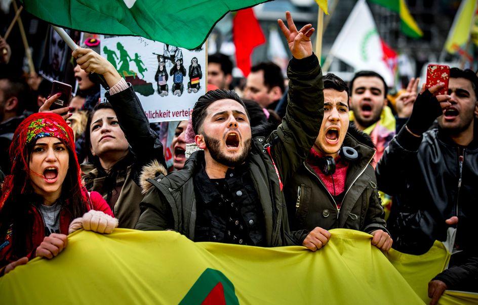 Vlaggen van terreurorganisatie pkk bij koerdische for Demonstratie amsterdam