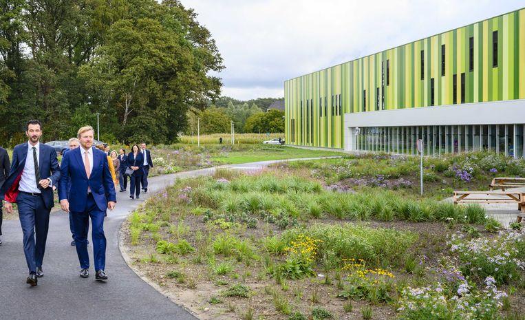 Koning Willem-Alexander tijdens een rondleiding in het Brainport Industries Campus (BIC). Uit nieuw onderzoek van de Rabobank blijkt dat hier goed gemanaged wordt. Beeld ANP
