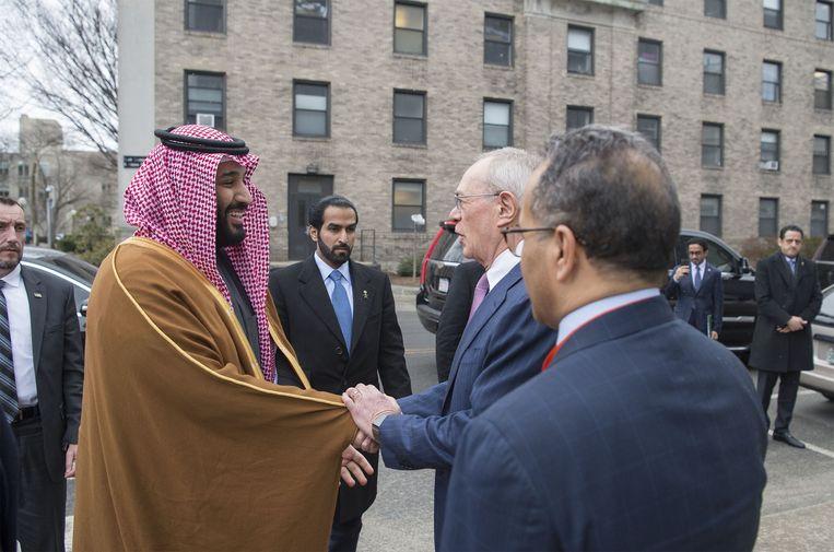 De Saoedische kroonprins Mohammed bin Salman (links) in maart op bezoek in Boston. Uiterst rechts de diplomaat Maher Abdulaziz Mutreb, die bij het verhoor van en de mogelijke moord op Jamal Khashoggi betrokken zou zijn. Beeld Getty Images