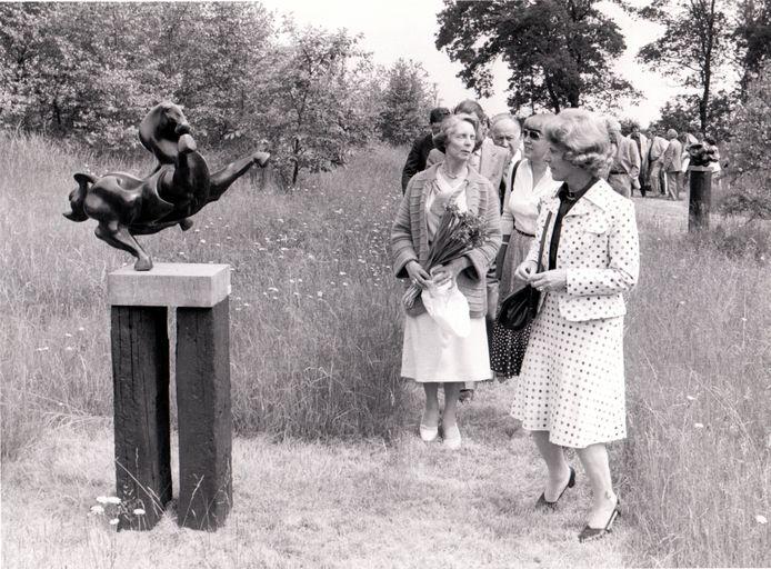23 juni 1979: Minister Gardeniers op de opening van de beeldententoonstelling 'Natuur en Sculptuur' bij De Hoge Hees in Eersel. In het midden: Beatrijs van den Brink-Vandepoel.