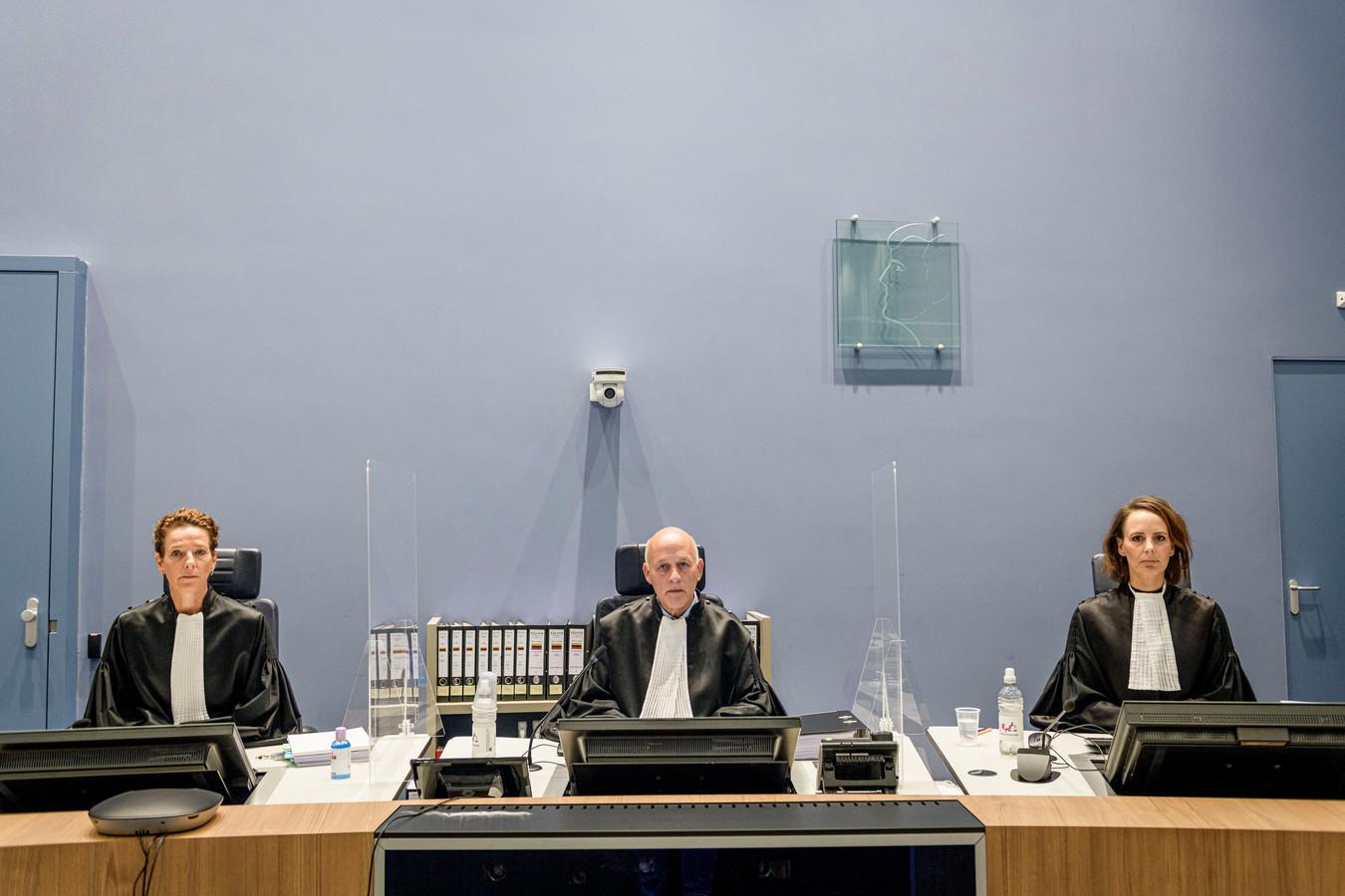 De rechters van de meervoudige strafkamer die de zaak van de 4-voudige moord in de Van Leeuwenhoekstraat. Vlnr: Mr. Koppes, vz mr. Hendriks en mr. Heijink.