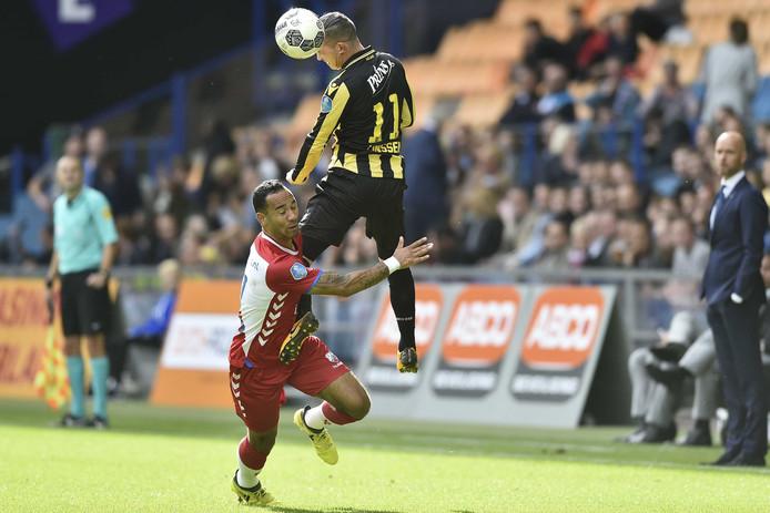 Bryan Linssen wint een kopduel van Sean Klaiber van FC Utrecht.