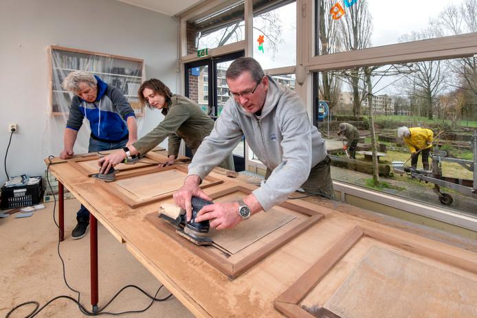 Vrijwilligers knappen buurthuis De Oosthof in Presikhaaf op.