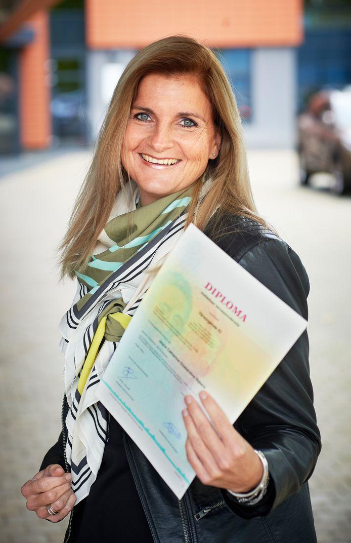 Joyce Rijkers met haar diploma. Ze werkt nu in het AAtrium in Veghel.
