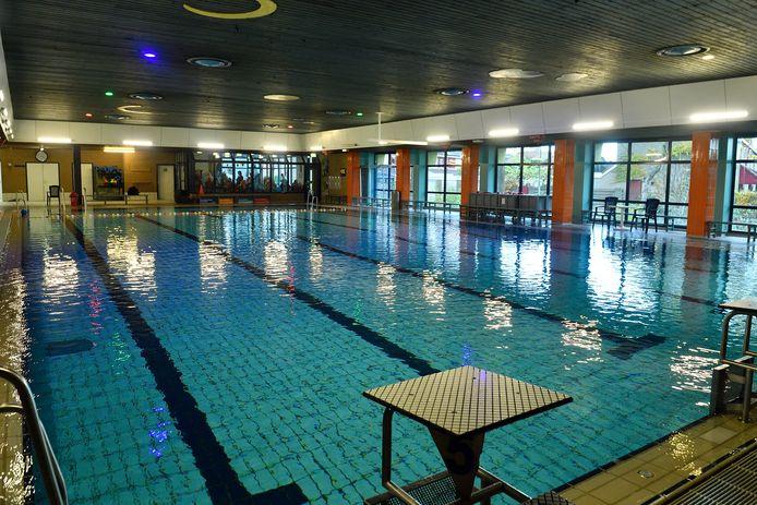Het zwembad in Hoogland is volgens gebruikers dringend aan groot onderhoud toe. Tussen de schrootjes in het plafond valt plastic naar beneden, het water in.