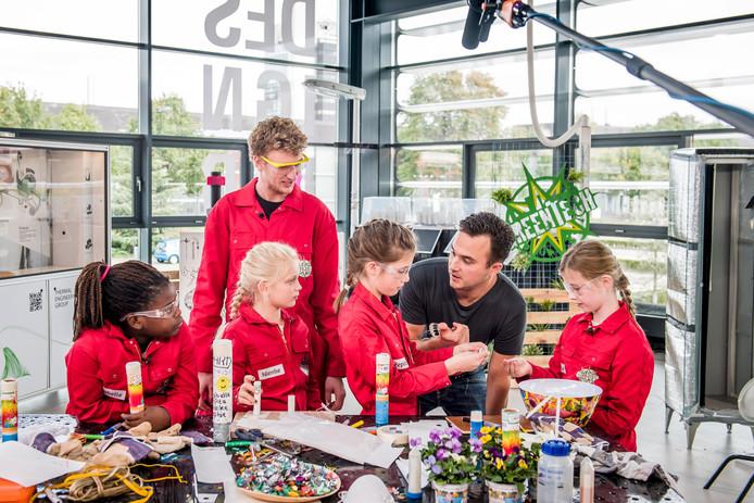 Van links naar rechts: Isabelle van der Does, coach Wouter Vijselaar, Nienke Reinders, Pepita Reith, presentator Joris Putman en Sophie van den Bergh. Foto: Lars Smook