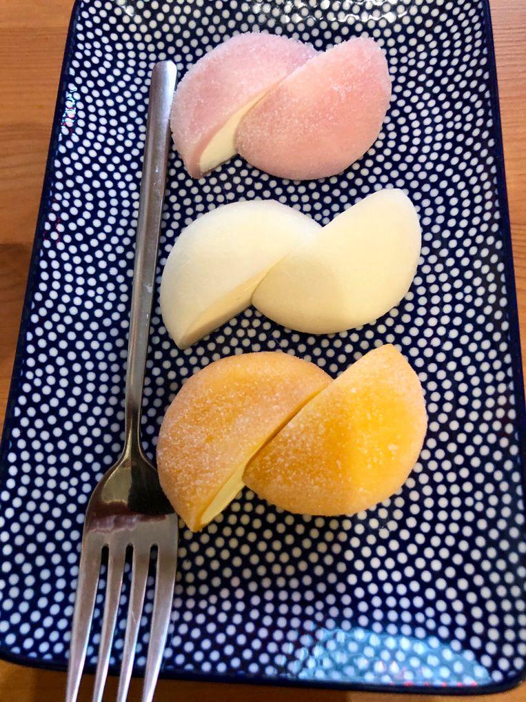 Mochi-assortiment. Drie bolletjes ijs van sakura, mango en groene thee die gehuld zijn in rijstpasta.