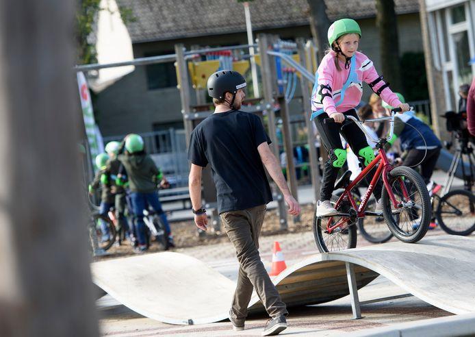 Skateles in een mobiel skatepark in Eindhoven