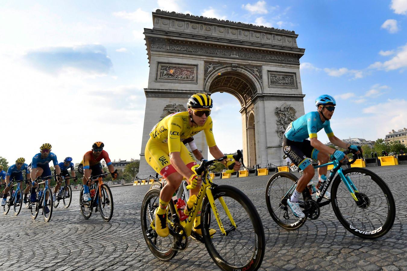 Pogacar in de gele trui in Parijs.