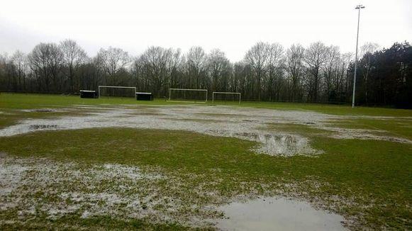 Het B-plein van KFC Putte na een regenbui. De gemeente zal het grasveld volledig heraanleggen.
