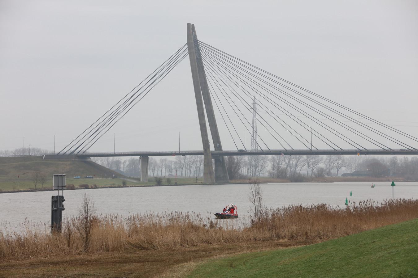 De politie zocht bij de Eilandbrug in Kampen naar de vermiste vrouw.