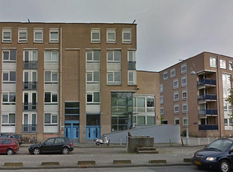 De dertig vluchtelingen worden opgevangen in een voormalig kantoorpand van Ymere aan de Mauritskade (blauwe deuren rechts) Beeld Google Street View