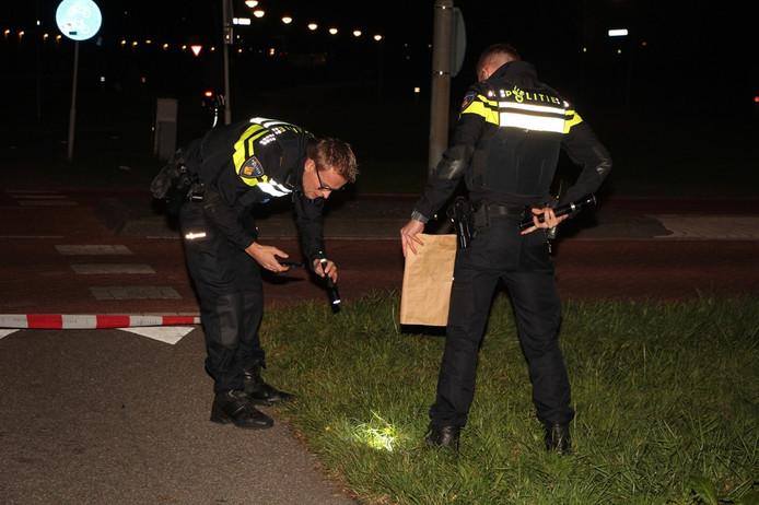 Agenten doen onderzoek op de plaats waar de aanrijding plaatsvond.