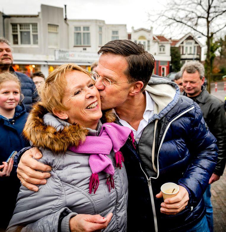 VVD-lijsttrekker Mark Rutte voerde in de aanloop naar de Tweede Kamerverkiezingen van dit jaar campagne in Wormerveer. Beeld ANP