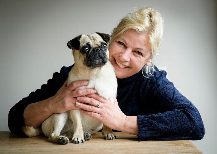 Mirjam Addiks van dierenasiel Louterbloemen met mopshondje Lola. Die was 2.75 kilo bij haar vondst, maar weegt nu al zeven kilo.