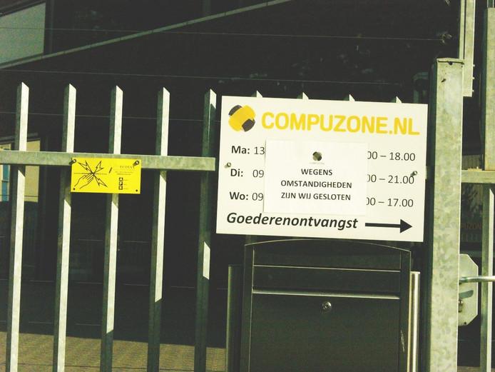 Bij de ingang van wordt de bezoeker gemeld dat het bedrijf gesloten is.