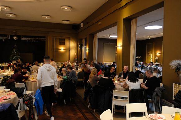 Meer dan 300 mensen werden uitgenodigd en kregen een volwaardig kerstfeest.