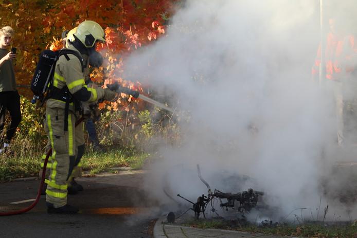 Een scooter vloog zaterdagmiddag op de Laan van Zevenhuizen spontaan in brand. Er was voor de brandweer geen redden meer aan.