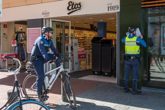 Boa's controleren in de Eindhovense binnenstad  of winkeliers zich houden aan de corona-regels van het RIVM. Inwoners hoeven niet te vrezen voor huis aan huis-controles, tenzij ze het erg bont maken met bezoek.