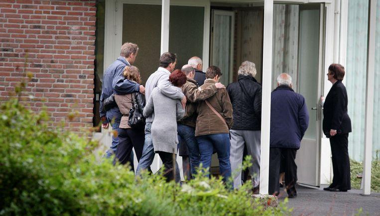 Familieleden van Karst T. betreden de aula van begraafplaats Rosorum in Zevenaar. Er wordt psychiatrisch onderzoek verricht op het lichaam van Karst T. Foto ANP Beeld