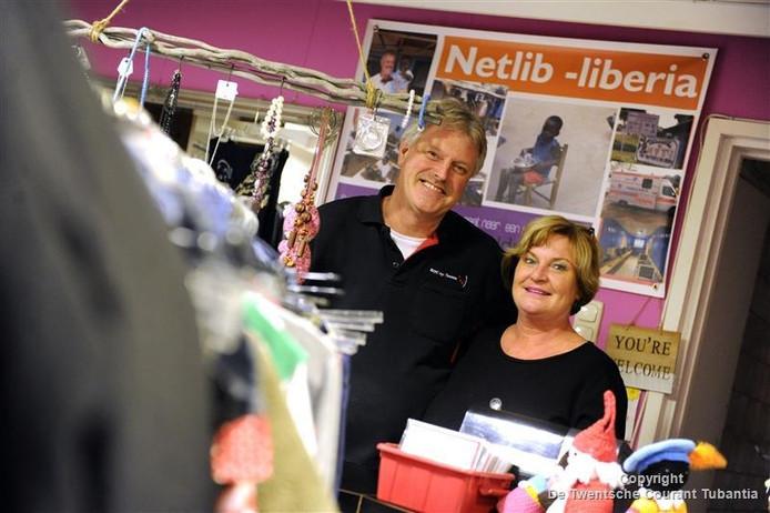Rene Heupink met zijn zijn vrouw Belinda in hun winkel waar tweedehands kleding wordt verkocht. De winst gaat naar projecten in Liberia