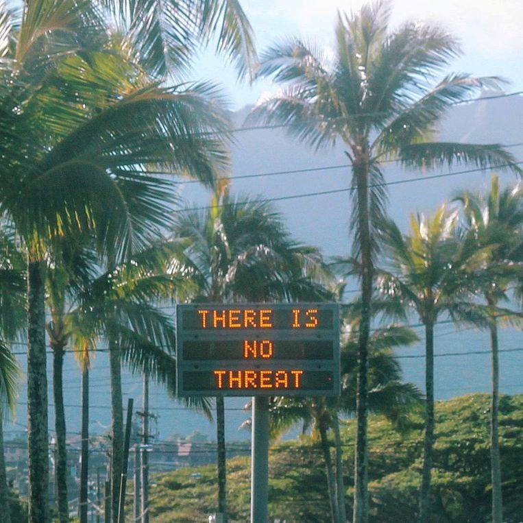 """Op het eiland verschenen nadat duidelijk werd dat het om vals alarm ging op alle mogelijke manieren berichten dat er """"geen dreiging"""" was."""