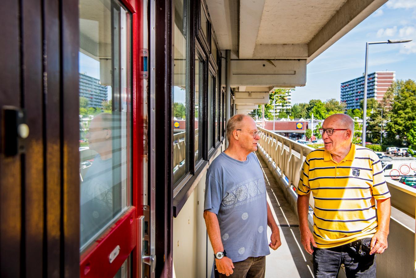 Er is veel onrust in de flat aan de Zernikeplaats in Rotterdam-Ommoord over de renovatie. Hans Offermans van de huurdersvereniging (rechts) in gesprek met bewoner Joop.