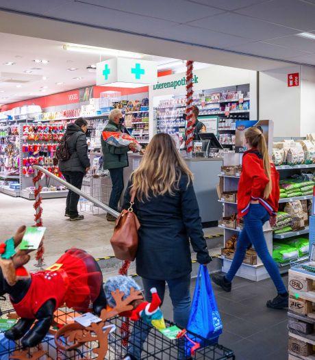 Topdrukte bij dierenwinkel in Steenwijk: 'Mensen kopen nog snel voer voor hun huisdier'