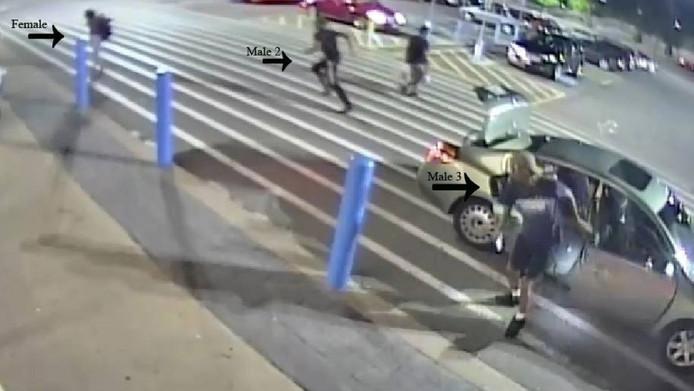 Als de jonge vrouw uit de kofferbak is geklommen, zetten de mannen de achtervolging in.