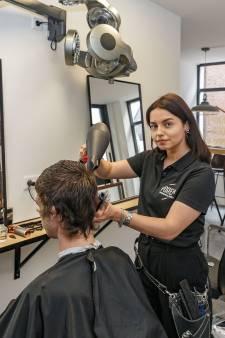 Emma (20) begint eigen barbierszaak in Zwartsluis: 'Ideale tijd voor mij om sprong te wagen'