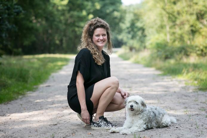 Modeontwerpster Lotte, eigenaar van het label Charlie, met haar hond Charlie.