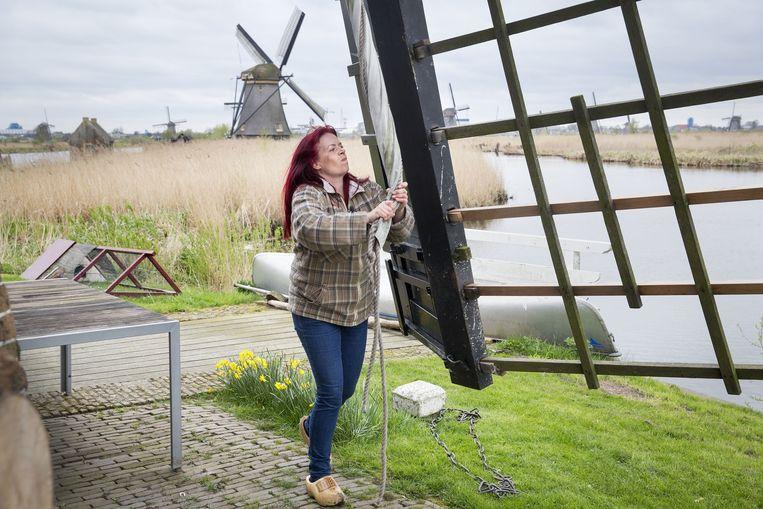 Molenaar Anja Noorlander bij haar molen in Kinderdijk. Beeld .