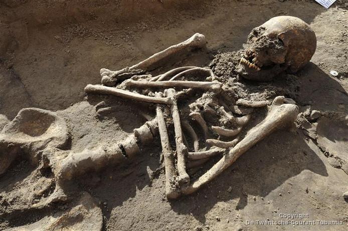 Een van de vele skeletten die is opgegraven op het Plechelmusplein.