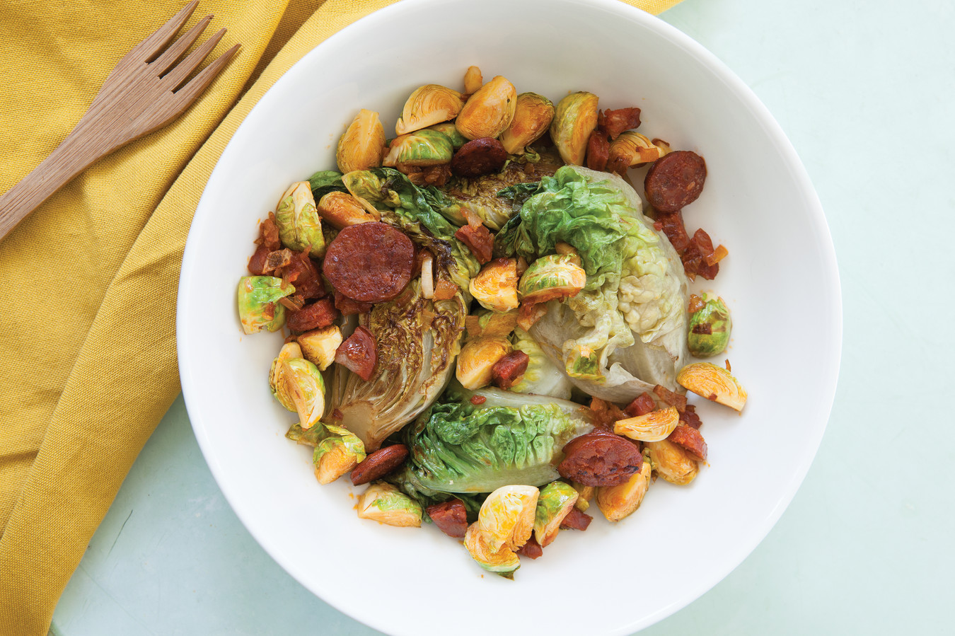 Roerbaksalade met spruitjes, chorizo en little gem