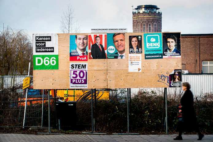 Posters van verschillende politieke partijen die deelnemen aan de Tweede Kamer verkiezingen.
