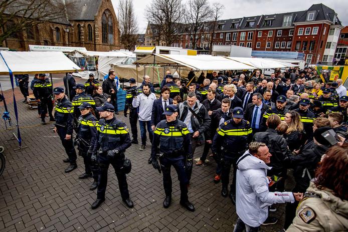 PVV-leider Geert Wilders gaat op de foto tijdens een bezoek aan de markt in Spijkenisse zaterdagmiddag.