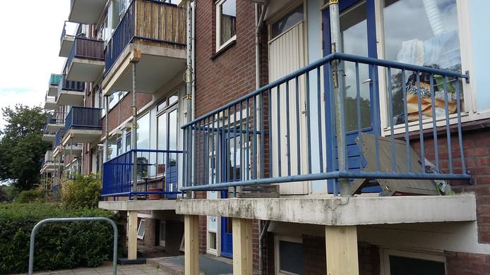 De ruim zestig balkons worden vandaag en morgen gestut.
