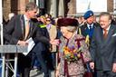 Wouter Kolff leidt prinses Beatrix naar het beeld.