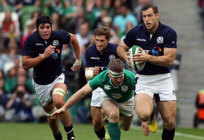 Tim Visser namens Schotland in actie tegen Ierland in 2015. De in Zeewolde geboren rugbyer kwam 33 keer uit voor de nationale ploeg van Schotland, nadat hij enkele jaren voor Edinburgh Rugby speelde.