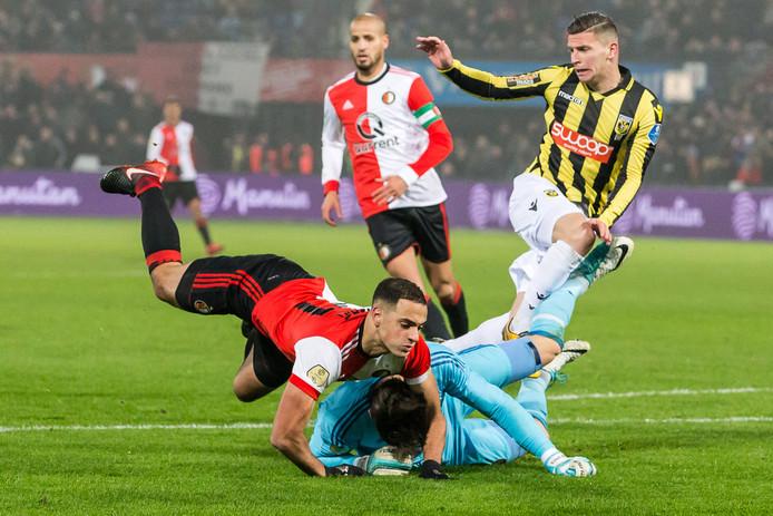 ROTTERDAM - Feyenoord-keeper Brad Jones komt in botsing met Sofyan Amrabat (midden) en Vitessenaar Bryan Linssen (rechts).