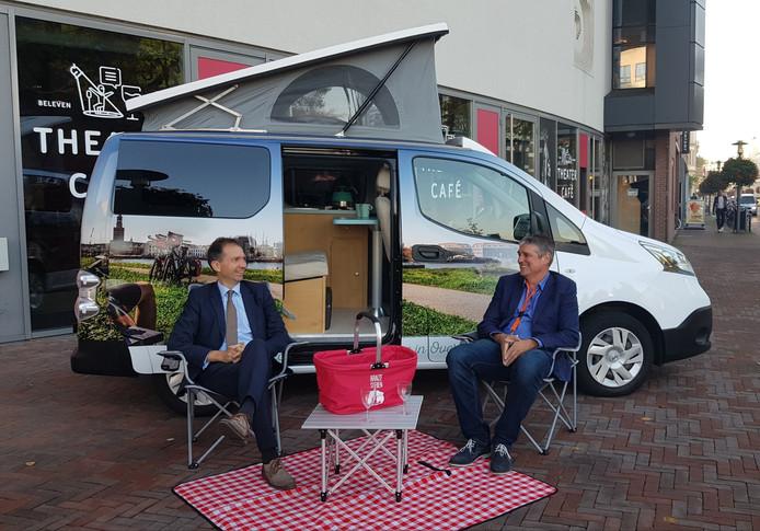 Gedeputeerde Eddy van Hijum (li) en Henk van Voornveld met de VisitOost e-camper.