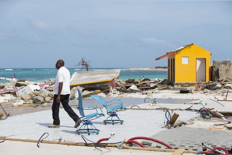 Ravage op het strand van Orient Bay, aangericht door de orkaan Irma op het Franse gedeelte van Sint Maarten, vlakbij de Nederlandse grens op het eiland. Beeld ANP