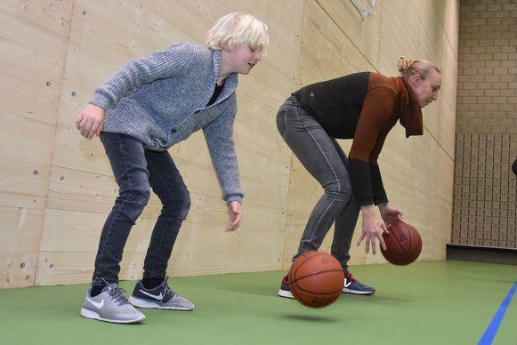 Ann Wauters en zoontje Vince gaven al een basketdemonstratie in de nieuwe sporthal