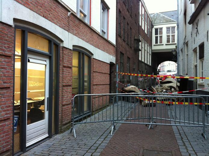 De Sint Annastraat is deels afgesloten. Foto Coen Hagenaars