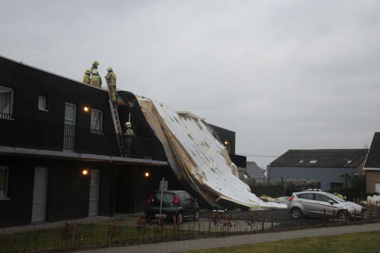 Ruim de helft van het dak werd door de stormwinden losgerukt.