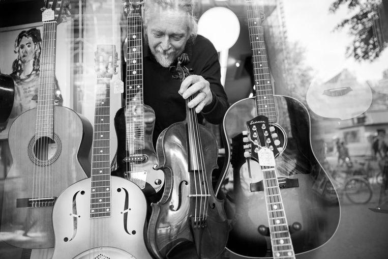 Winkel-bediende en multi-instrumentalist Siard de Jong werkt er al sinds 1985. Beeld Ineke Oostveen